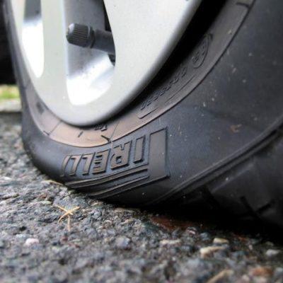 Если спускает колесо автомашины, что делать?